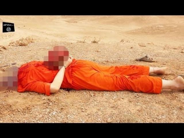 Затем он приставил нож к горлу своей жертвы, и видео затемняется. Новый кадр - голова Фоли покоится на его теле с закованными в наручники руками, лежащем на земле.