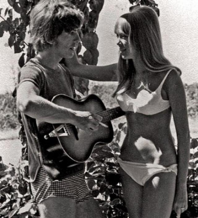Харрисон постоянно писал песни о возлюбленной (самая известная из них - Something), но через три года в их отношениях наметился разлад.