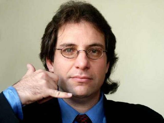 """Пожалуй, именно благодаря Кевину появился образ """"хакера"""", который стал популярным среди молодежи и вдохновил многих начинающих компьютерщиков писать собственные вирусные программы и взламывать компьютерные системы."""