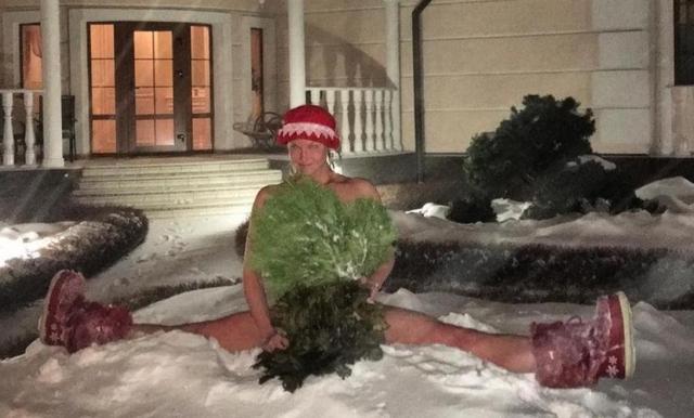 Волочкова смело сделала шпагат и прямо на снегу, причем прикрывая обнаженное тело банными вениками.