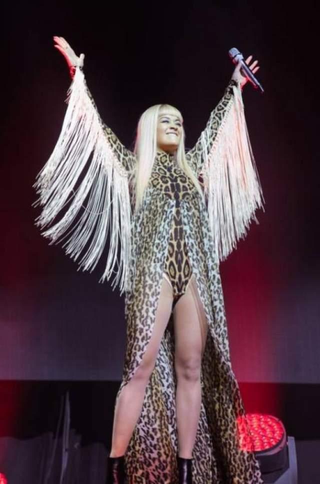 Этот сценический наряд британской певицы Риты Ора модные критики заранее включили в топ худших нарядов 2014 года.