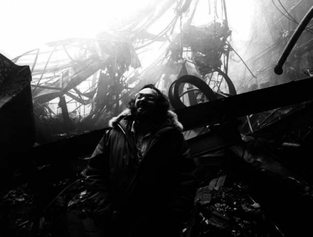 """Стенли Кубрик, смеющийся над сгоревшими декорациями к ужастику """"Сияние"""" в Elstree Studios"""