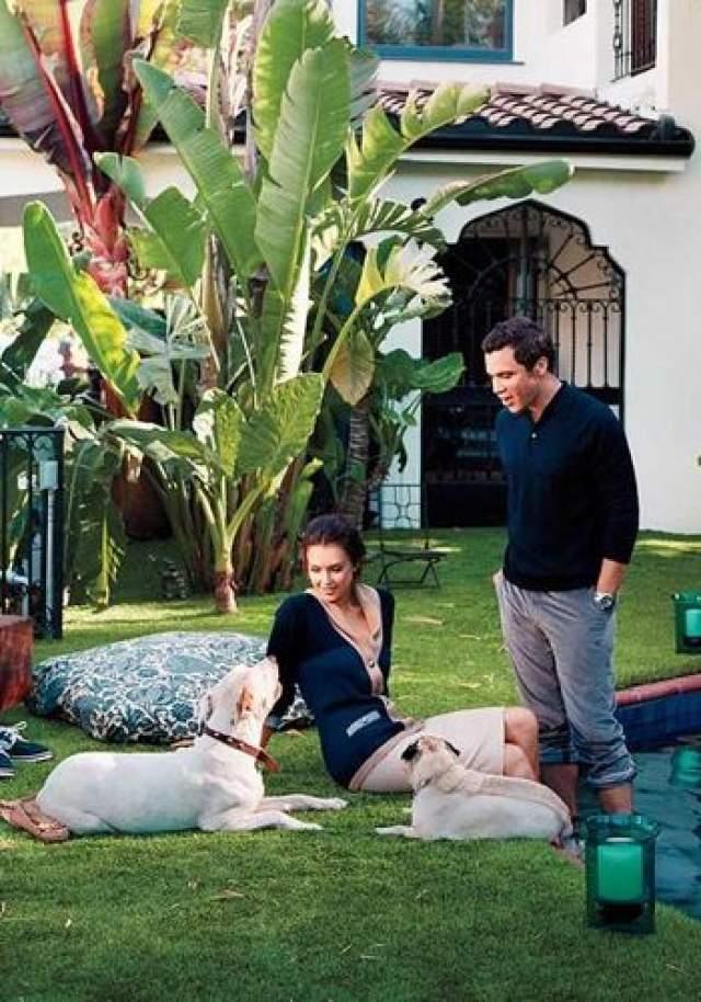Вообще актриса известная своей любовью к четвероногим друзьям. К примеру, купив в Лос-Анджелесе особняк, она пригласила лучшего звездного дизайнера, чтобы оформить для собак отдельную комнату.