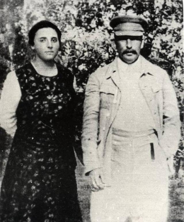 """Она выдержала 14 лет семейной жизни. 9 ноября 1932 года Надежда выстрелила себе в сердце из пистолета """"Вальтер"""". Накануне она жаловалась на свою жизнь со Сталиным, говорила, что так больше продолжаться не может и им необходимо развестись."""