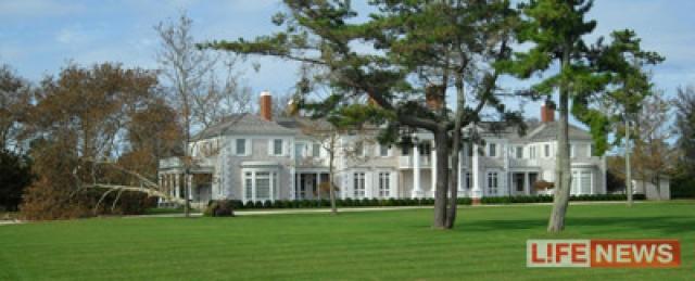 Дом Игоря расположен в непосредственной близости от океана. Именно Южный Хэмптон выбирают в качестве места для проживания самые богатые люди Америки и звезды Голливуда, включая Стивена Спилберга, Кельвина Кляйна и главу компании Tiffany&Co.