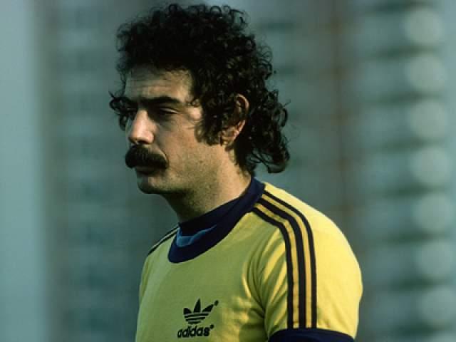 В тот год бразильцы в третий раз стали чемпионами мира, и проявивший чудеса скорости и ловкости Ривелино, работая в позиции левого полузащтника, успевал везде и всюду, а передачи были очень точными.