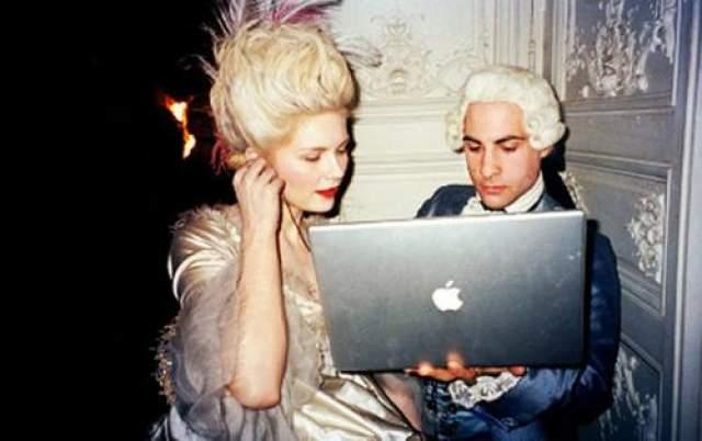 Мария-Антуанетта Кристен Данст и Джейсон Шварцман используют технологии, безусловно, контрастирующие с их историческими нарядами.