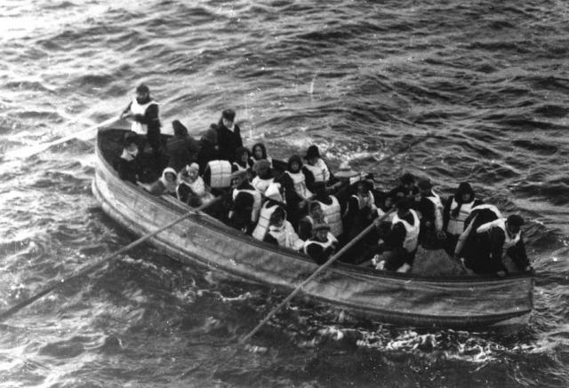 Посадка первых пассажиров в шлюпки началась около 0:20, в них по приказу капитана, сажали в первую очередь детей и женщин. Поскольку пассажирами столкновение практически не ощущалось, они неохотно покидали корабль, на котором внешне было все в порядке.