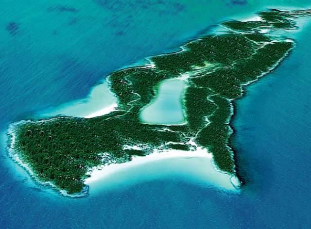 Кстати, это тот самый остров, принадлежащий голливудской звезде.