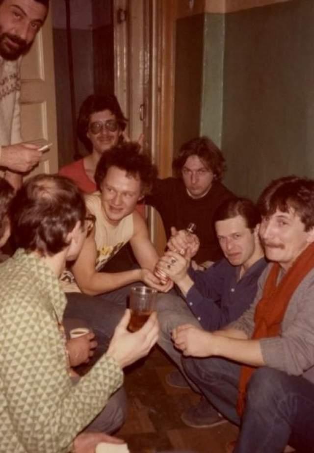 У советских рок-музыкантов на банкетах частенько отсутствовала еда, зато спиртное было неотъемлемым элементом. На фото Борис Гребенщиков и Майк Науменко .