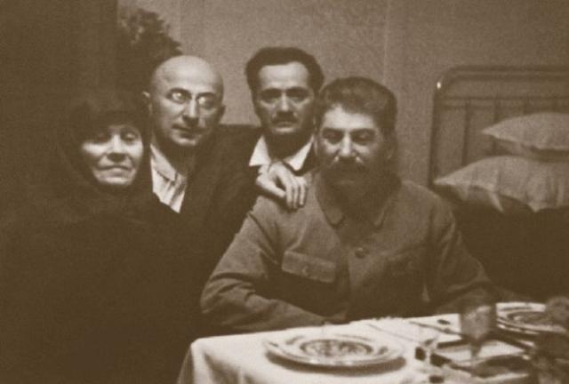 """В 1935 году Сталин вновь приехал на Родину, на этот раз к матери и для отдыха, но вынужден был поспешно оттуда уехать по причине того, что охрана разоблачила заговор, который созрел в рядах """"опытных"""" грузинских большевиков."""