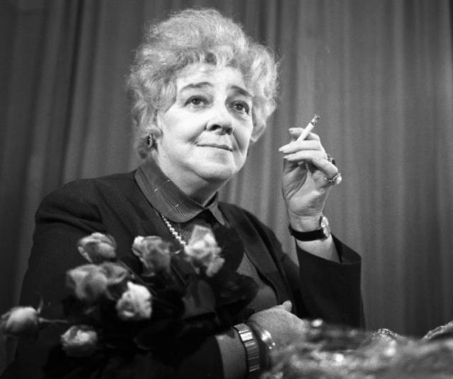 """Почти четверть века Фаина Георгиевна проработала в Театре имени Моссовета, на сцене которого исполнила свои самые прославленные театральные роли: миссис Сэвидж (""""Странная миссис Сэвидж"""") и Люси Купер (""""Дальше — тишина"""")."""