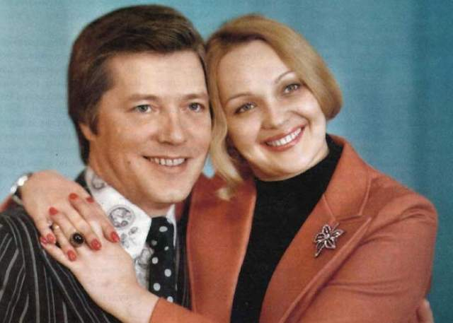 В середине 90-х со звездным семейством познакомилась журналистка Татьяна Секридова, увлеченная, как казалось Гвоздиковой, кинематографом. Однако ее настоящим увлечением был супруг актрисы, Евгений Жариков.