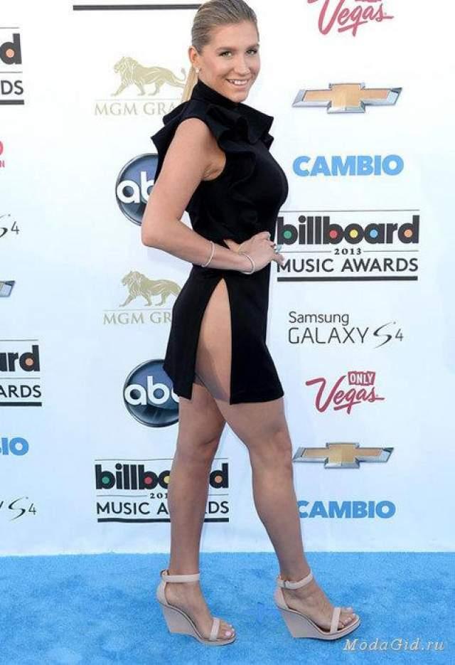 Кеша ПевицаКеша отказалась от нижнего белья в пользу платья от Givenchy. А вот разрез кажется перешёл границы разумных пределов.