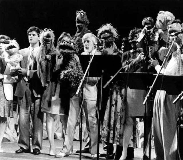 """Группа """"Muppeteers"""" вместе с куклами из шоу пели попурри из любимых песен Хенсона, а присутствующим на похоронах было запрещено приходить в черном."""