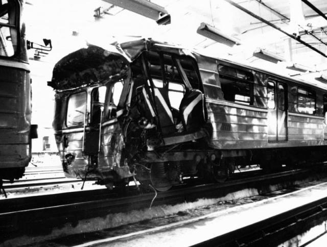 Три вагона сошли с рельсов и загородили тоннель, их пришлось разрезать автогеном.