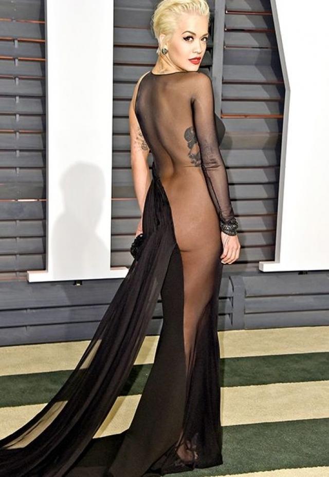 """Рита Ора на афтепати премии """"Оскар"""" в платье """"одно неверное движенье - и...""""."""