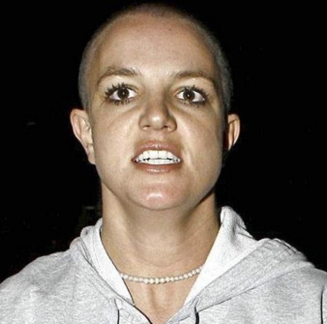 Спирс, сидевшая в автомобиле, явно находилась в расстроенных чувствах, пытаясь прикрыть лицо.