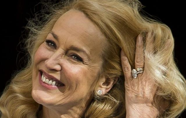 """60-летняя Холл также стала лицом компании """"Invisible Zinc Skincare"""" в 2010 году."""