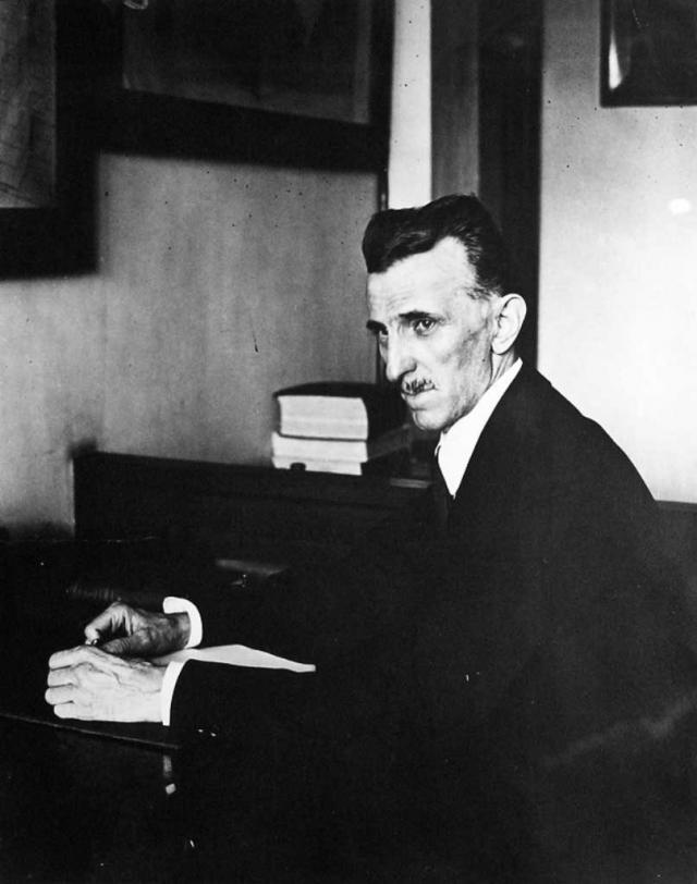 """Два года спустя Тесла получил из СССР чек на $25000. Но, как мы знаем, луч смерти так и не был создан. Многие предполагали, что стареющий изобретатель просто погрузился в мир иллюзий, тем более, что из-за """"странностей"""" он всегда слыл человеком не от мира сего."""