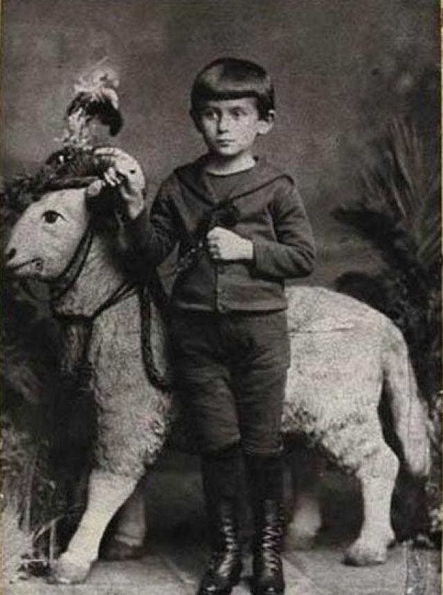 Франц Кафка. Кафка родился 3 июля 1883 года в еврейской семье галантерейщика, проживавшей в районе Йозефов, бывшем еврейском гетто Праги.