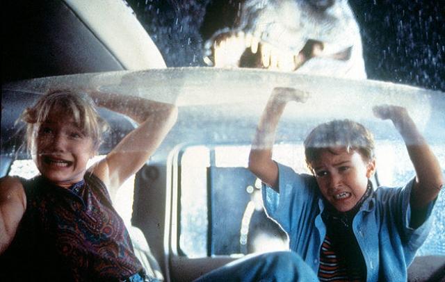 """Что касается маленьких актеров: брата и сестру Тима и Лекс. Лекс могла сыграть Кристина Риччи. А вот роль Тима изначально была """"застолблена"""" за Джози Мазелло , который проходил пробы в предыдущий фильм Спилберга – """"Крюк"""" – но не подошел по возрасту."""