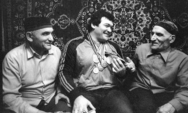 Основной удар при этом пришелся на судьбы советских спортсменов, многие из которых из-за политических игр упустили шанс стать олимпийскими чемпионами навсегда. Борец Салман Хасимиков в олимпийском цикле-1981/84 выиграл все крупные турниры, но на следующую Олимпиаду уже не попал из-за возраста.