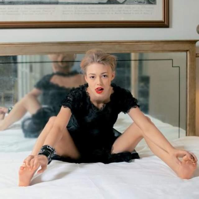 """6. Оксана Акиньшина известна нам по фильмам """"Стиляги"""", """"8 первых свиданий"""", """"Супер Бобровы"""". Ее личная жизнь гораздо более насыщенная, чем съемочная."""