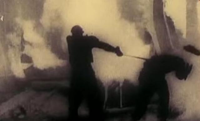 В 10:00 около 200 рабочих сталелитейного цеха прекратили работу и потребовали повышения расценок за их труд. Они направились к директорату, по пути к ним присоединились рабочие других цехов - в результате около заводоуправления собралось до 1000 человек.