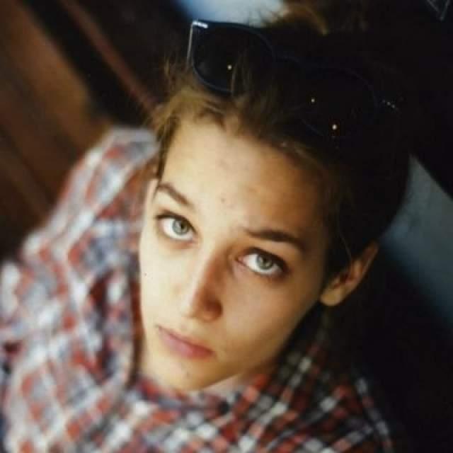 Лиза отучилась в Московской международной киношколе, после которой продолжила обучение в ГИТИСе, как и ее старший брат.