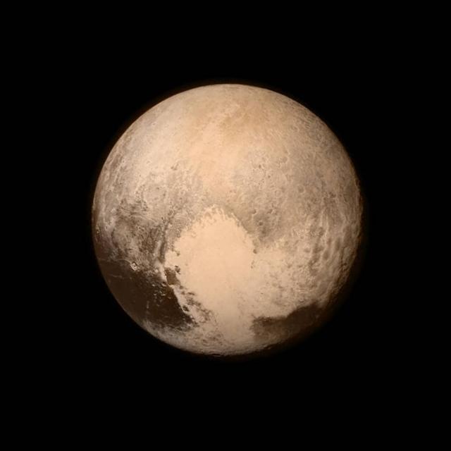 """24. Исследование Плутона. Космический корабль """"New Horizons"""" спустя 9 лет после старта прошел между самой дальней планетой Солнечной системы и Хароном, несколько дней исследовал их с очень близкого расстояния. Впервые были получены фото и видео, показывающие облик Плутона."""