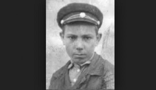 Юный гвардеец награжден орденами Славы 3 степени и Отечественной войны 1 степени, 14 медалями.
