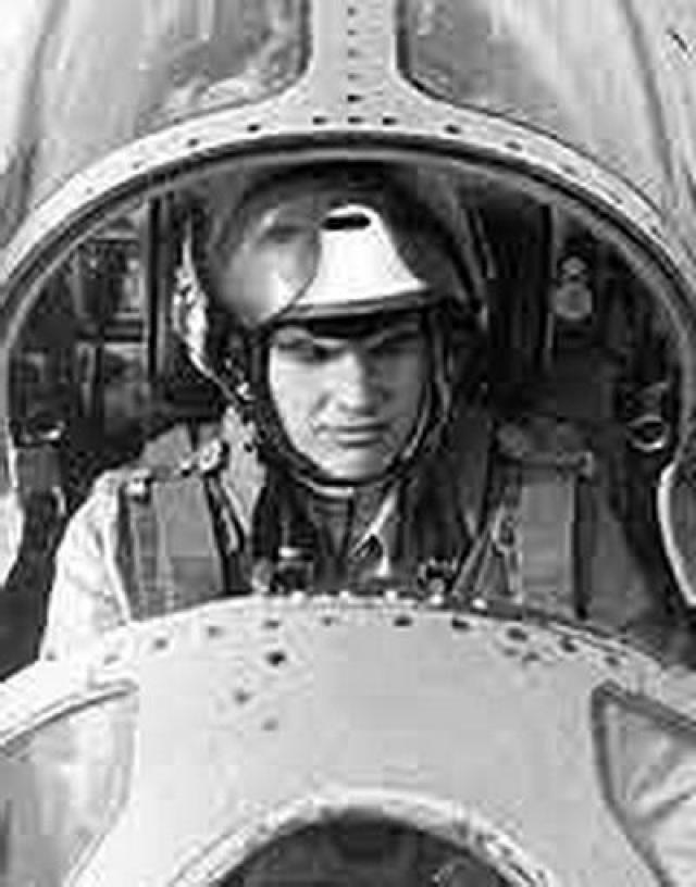 Позже выяснилось, что самолет вез оружие. За подвиг летчика наградили орденом Красной Звезды. По материалам сайта russian7.ru