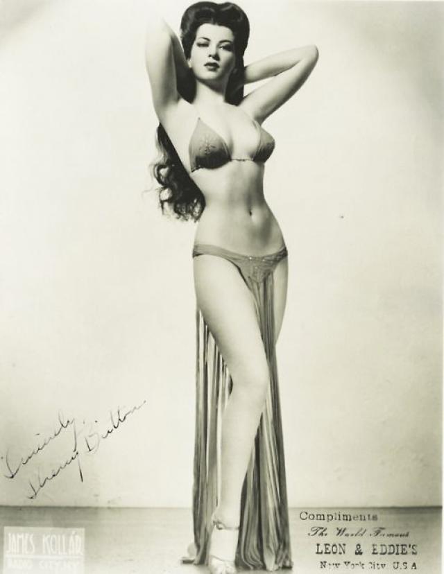 Уже в начале 30-х годов бюстгальтер стал неотъемлемой частью женского гардероба. Например, звезда бурлеска Шерри Бриттон представала перед публикой в бюстгальтере, напоминающем современный верх бикини.