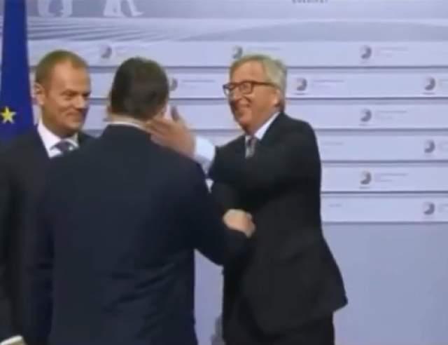 """Серьезное политическое мероприятие - саммит в Литве - превратился в детский утренник. Председатель Еврокомиссии попросил бельгийца Шарля Мишеля склонить лысеющую голову, после чего поцеловал его в макушку, а премьера Венгрии Виктора Орбана Юнкер назвал """"диктатором"""", после чего сжал его руку и отвесил """"дружескую"""" оплеуху."""