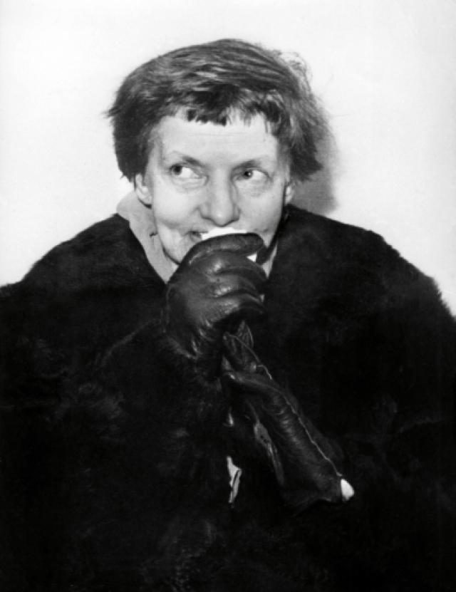В 1928 году Анна Андерсон по приглашению княгини Ксении Георгиевны переезжает в США, где некоторое время живет в ее доме. Позже кочует от одних русских эмигрантов к другим: некоторые хотели удостовериться в том, княжна ли она или нет самостоятельно...