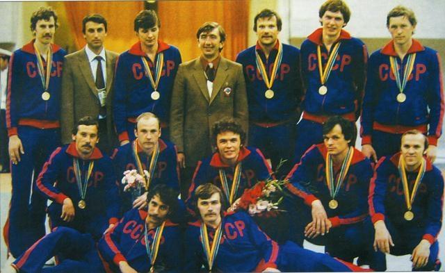 """""""Одела"""" наших спортсменов знаменитая немецкая фирма """"Адидас"""". Но партийное руководство не могло допустить, чтобы """"капиталистический"""" лейбл украшал форму наших атлетов."""
