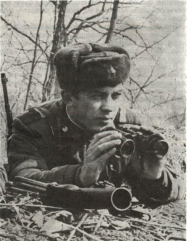 Командование над оставшимися в живых пограничниками на себя взял младший сержант Юрий Бабанский, чье отделение успело скрытно рассредоточиться у острова из-за задержки с выдвижением с заставы и совместно с экипажем БТР приняло огневой бой.