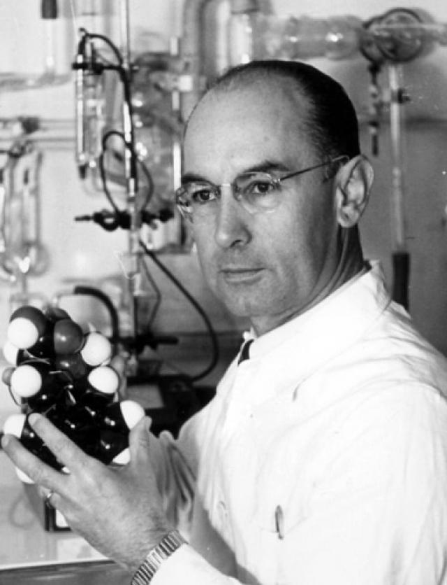 """Альберт Хофманн. Ученый, известный как """"отец ЛСД"""", пытался найти медицинское применение грибку спорыньи и во время исследования наткнулся на химическое вещество диэтиламид лизергиновой кислоты."""
