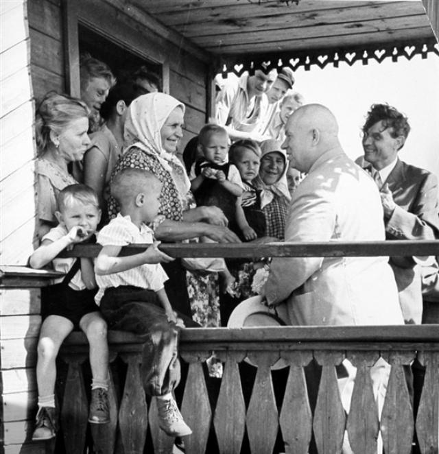 Именно при Хрущеве началась выдача паспортов колхозникам - при Сталине они не имели свободы передвижения. В 1954-м разрешили выдавать паспорта людям, живущим постоянно на селе, но работающим в городах. А в 1958 году сельские жители, отправляющиеся на сезонные работы, получили право на получение краткосрочного паспорта, который действовал на время заключения договора.