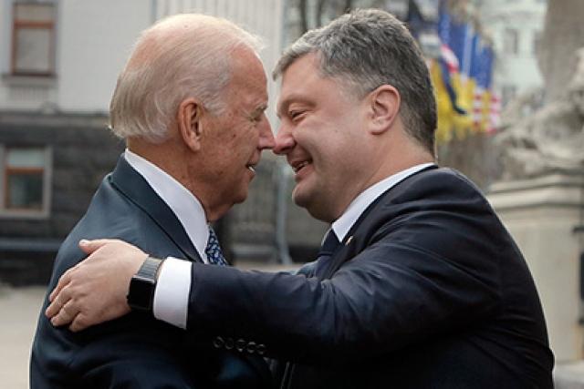 Повеселили пользователей и совместные фото Порошенко с Байденом, на которых они кажутся буквально влюбленными друг в друга.