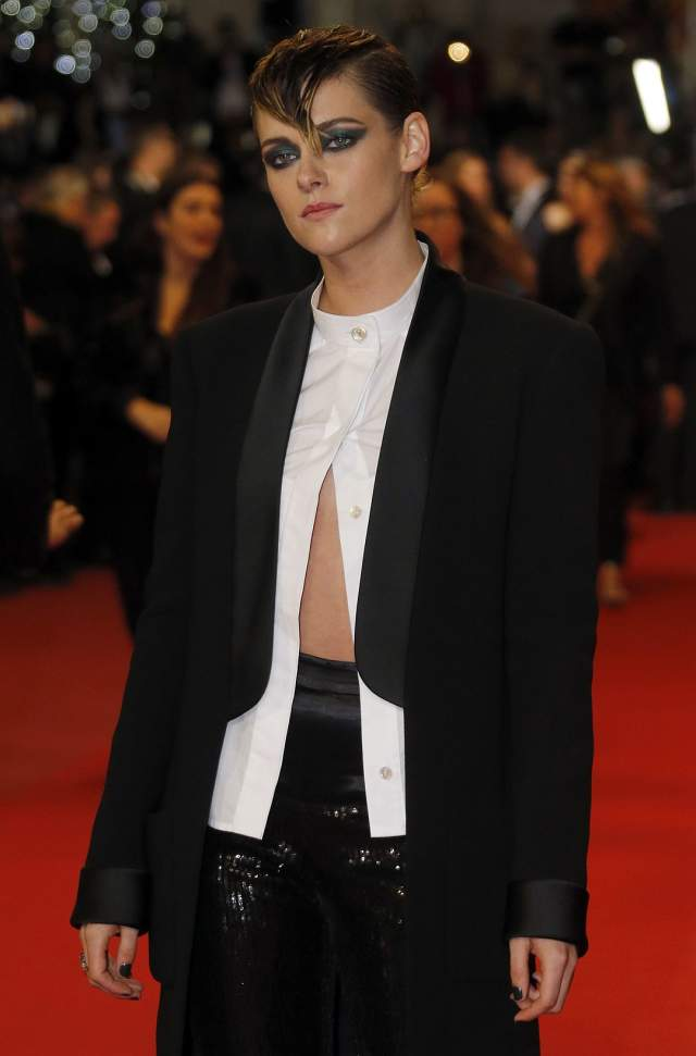 В другой день актриса попробовала стиль унисекс, но в своем черно-белом костюме она была больше похожа на парня, чем на девушку.