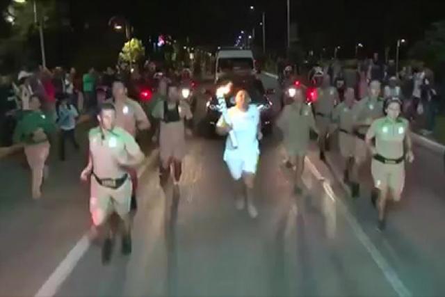 А вот в Бразилии форс-мажорные ситуации начались уже во время эстафеты олимпийского огня: 13 июля неизвестный попытался потушить его с помощью огнетушителя , но не смог осуществить задуманное - полицейские остановили его.