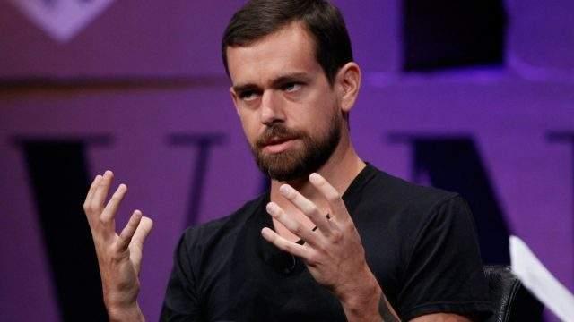Он встречался некоторое время с дизайнером Кейт Грир, затем с супермоделью Лили Коул, затем - снова с Грир. Но делать девушке предложение руки и сердца миллиардер не торопится.