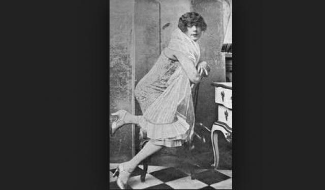 Лили мечтала когда-нибудь выносить и родить ребёнка, поэтому в сентябре 1931 года решилась на серию операций по вживлению матки. Организм не принял новый орган, отчего пациентка скончалась 13 сентября в возрасте 48 лет.