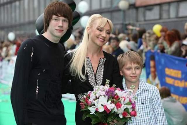 Кристина Орбакайте - родила третьего ребенка в 40 лет. У певицы было двое сыновей, когда она вышла замуж за Михаила Земцова.