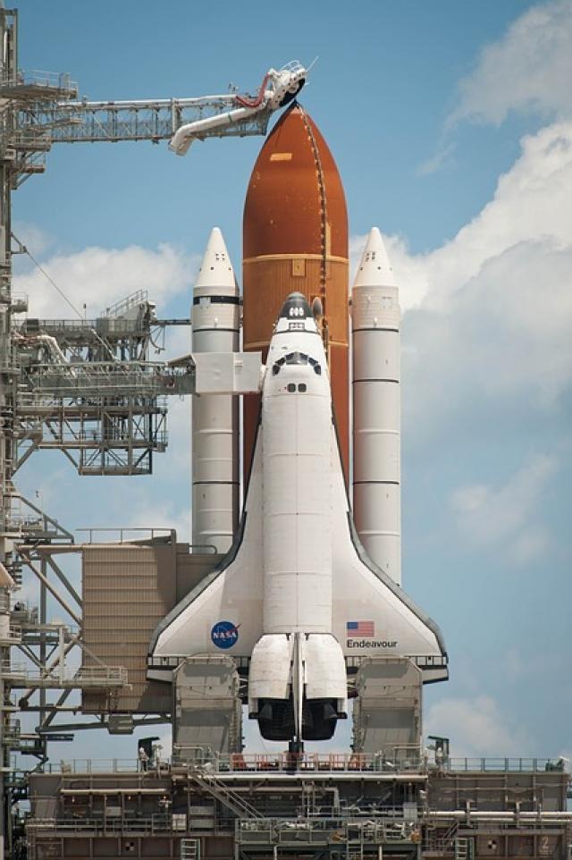 """На замену """"Челледжеру"""" был построен челнок """"Индевор"""", а запуски военных спутников, которые планировались выводить на орбиту челноками, стали проводить с помощью одноразовых ракет-носителей."""