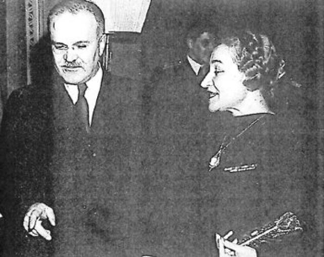 Вячеслав Молотов. Супруга Молотова Полина Жемчужина дружила с Надеждой Аллилуевой, и Сталин считал, что именно она плохо влияла на его жену. Также она его не устраивала, поскольку была слишком волевая, слишком амбициозная, слишком умная... Она вертела мужем, как хотела, и успевала делать самостоятельную карьеру.