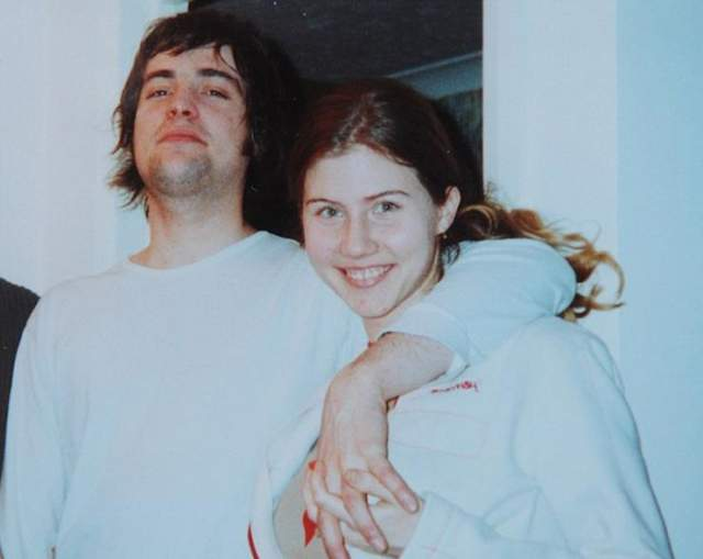 Будучи замужем за художником Алексом Чапманом, пыталась получить данные о ядерном вооружении США, политике на Востоке, влиятельных лицах. 27 июня 2010 года ее арестовало ФБР, а 8 июля она призналась в шпионской деятельности.