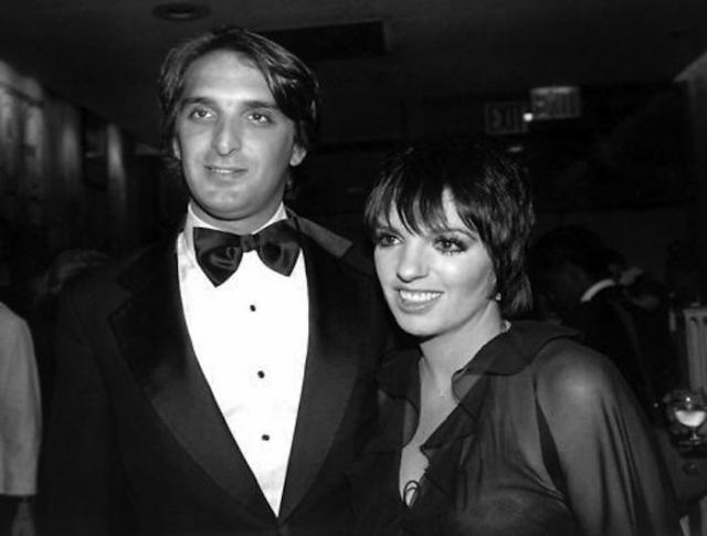 4 декабря 1979 Лайза Миннелли в третий раз выходит замуж. За скромного скульптора Марка Геро . Спокойный брак продлился до 1992 года. Актриса безуспешно пыталась родить ребенка. На этой почве отношения разладились и пара разошлась.